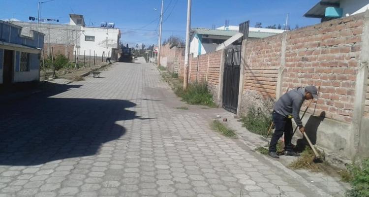 LIMPIEZA Y NIVELACIÓN DE LAS ACERAS DE BARRIO CENTRAL DE LA PARROQUIA.